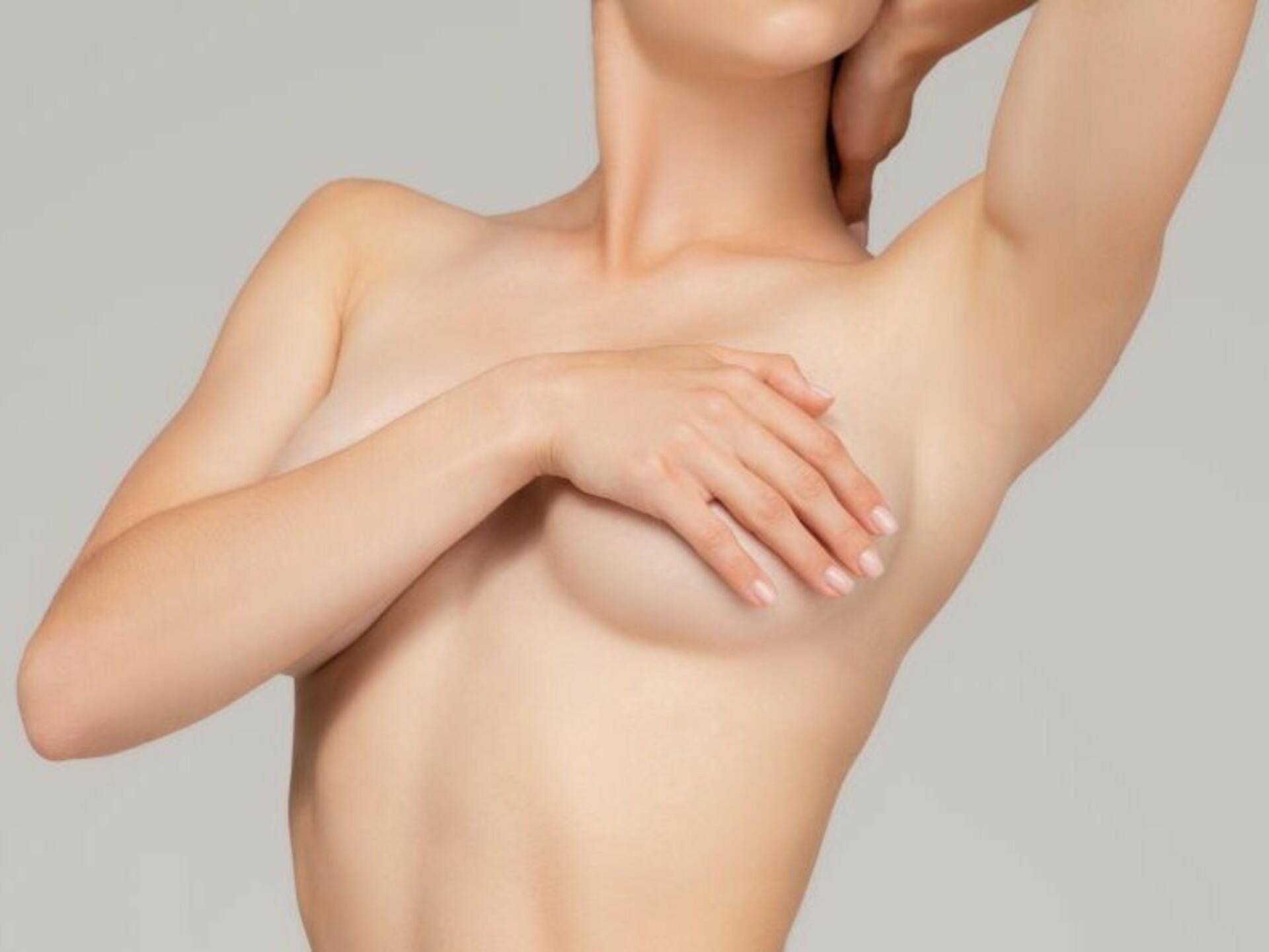 Brustverkleinerung: Frau verdeckt Brüste