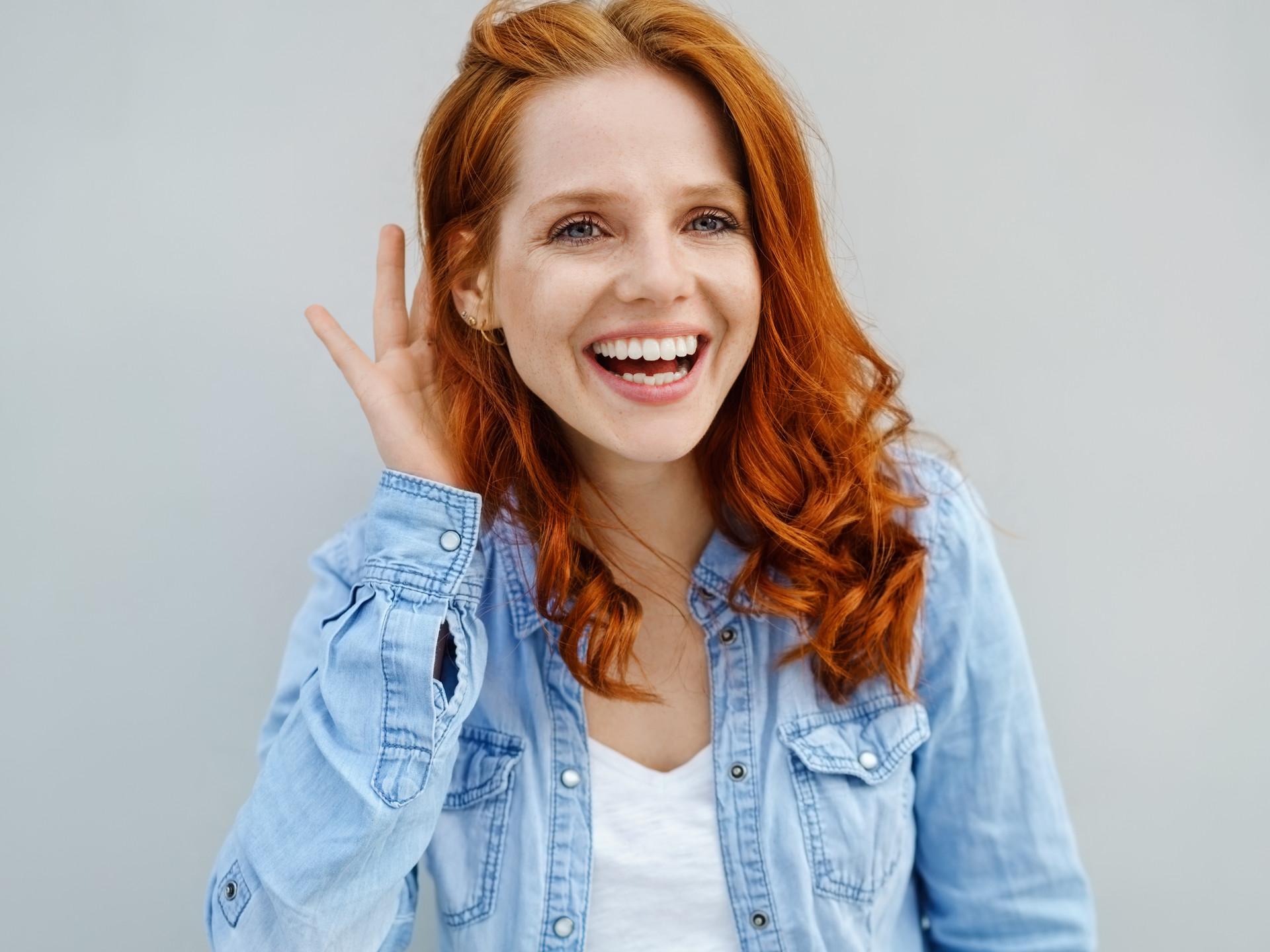 Rothaarige lachende Frau