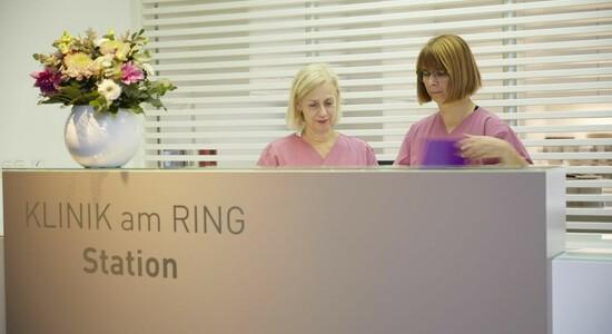Patientenzimmer KLINIK AM RING: Empfangsbereich